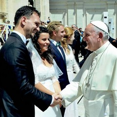 """Il grande sorriso del Papa """"coccola"""" gli sposi"""