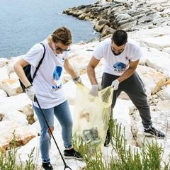 Il lungomare di Ponente ripulito dai volontari: 15 sacchi di rifiuti e tanta plastica