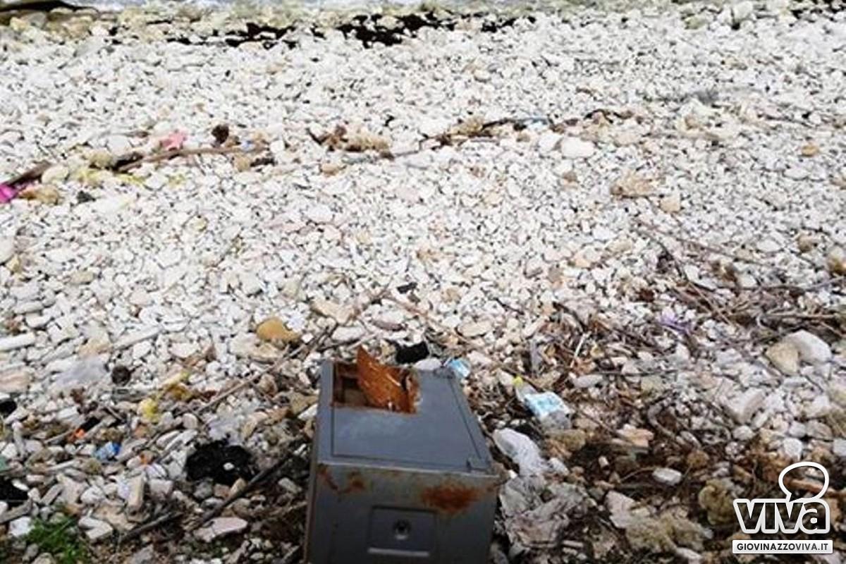Cassaforte tagliata abbandonata in spiaggia