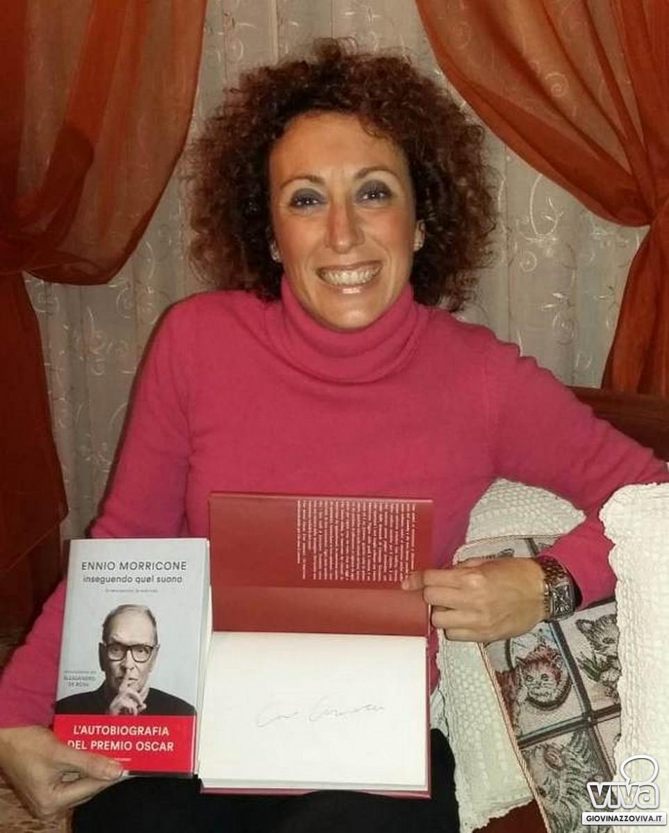 """Florinda Bavaro col suo """"prezioso"""" libro autografato"""