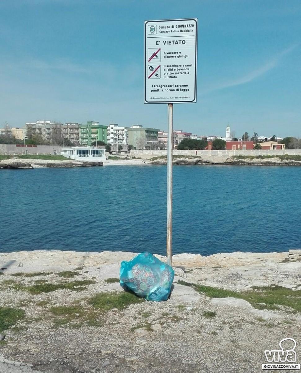 Rifiuti abbandonati sulla costa