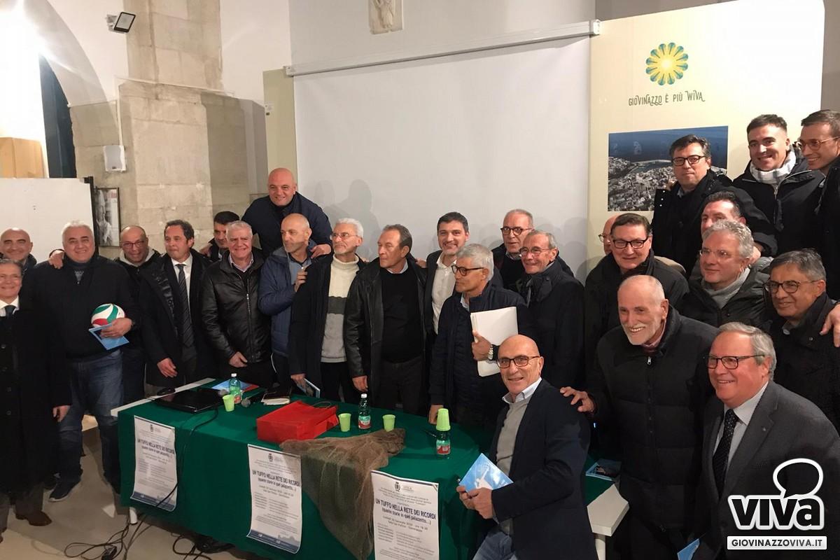 La foto di gruppo con i personaggi della Libertas Volley