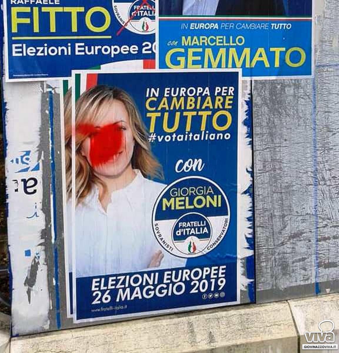 Spray rosso sul volto di Giorgia Meloni
