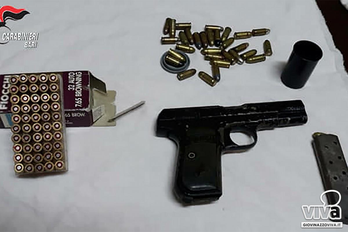 La pistola e le munizioni sequestrate dai Carabinieri