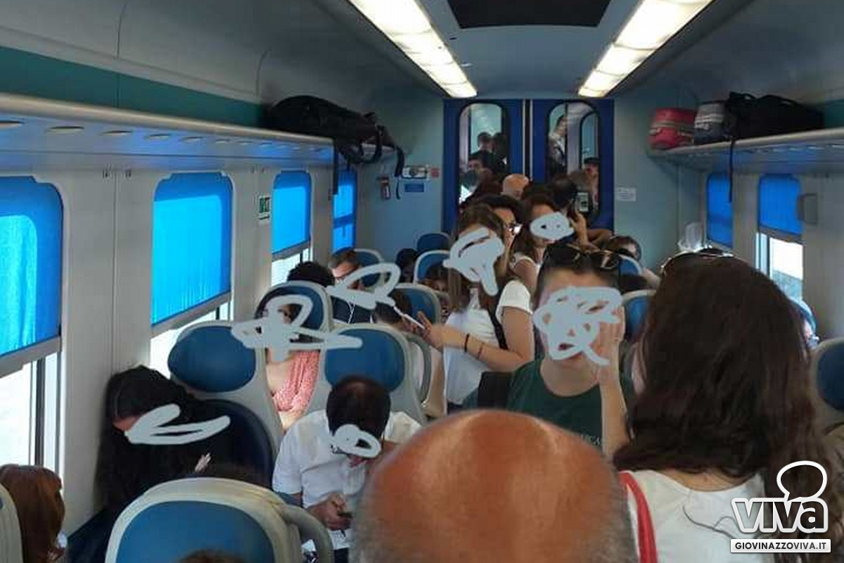 Pendolari stipati sui treni regionali