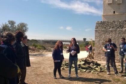 Giovani guide presso Torre delle Pietre Rosse