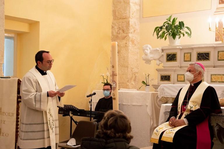 don Luigi saluta Mons. Cornacchia