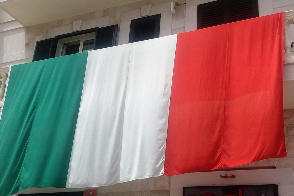 Bandierone tricolore nel quartiere Libertà. <span>Foto Gianluca Battista</span>