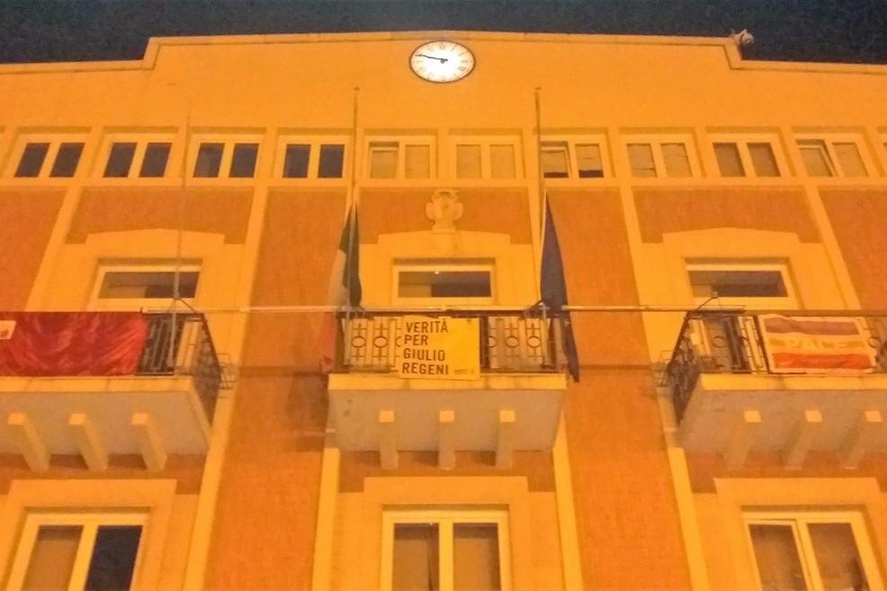 Bandiere a mezz'asta su Palazzo di Città. <span>Foto Gianluca Battista</span>