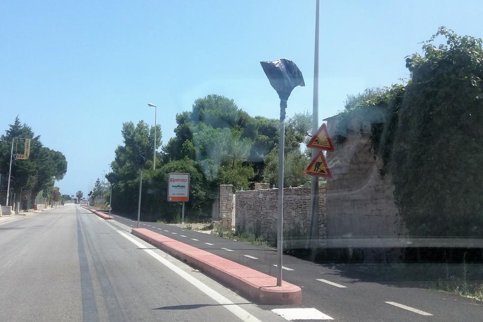 I cartelli coperti lungo la ciclovia