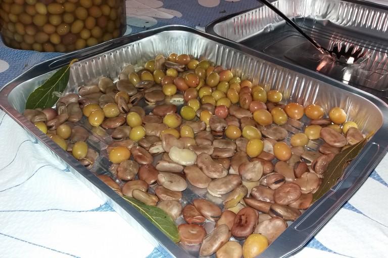 Fave e olive. <span>Foto Gianluca Battista</span>