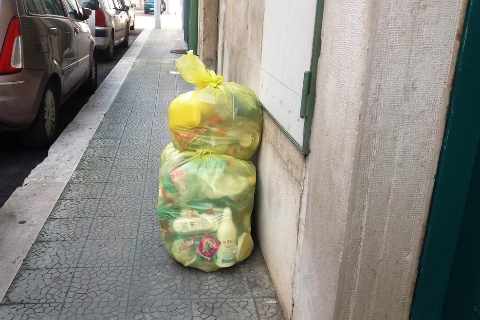 Ritardi nel ritiro della plastica. <span>Foto Gianluca Battista</span>