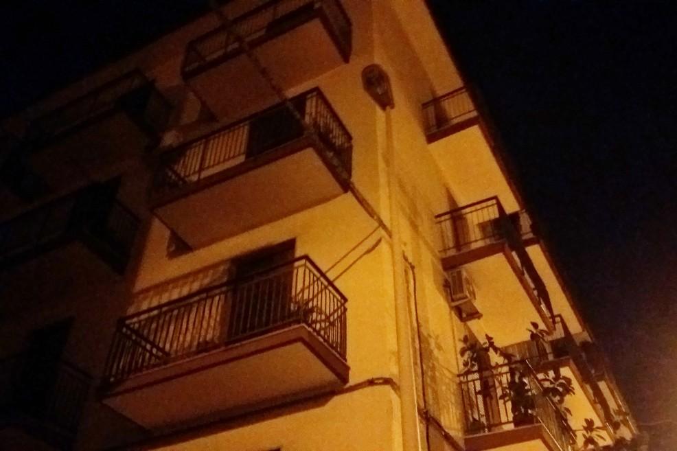 lampione spento in via De Ninno. <span>Foto Gianluca Battista</span>