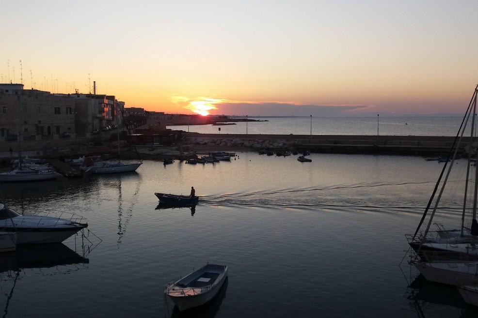 Il porticciolo al tramonto. <span>Foto Gianluca Battista</span>