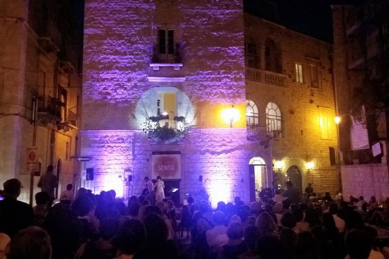 Spettacolo di versi, musica e luci in piazza Benedettine