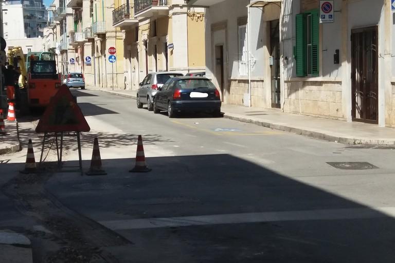 Operai al lavoro in via Lupis (Foto Gianluca Battista)