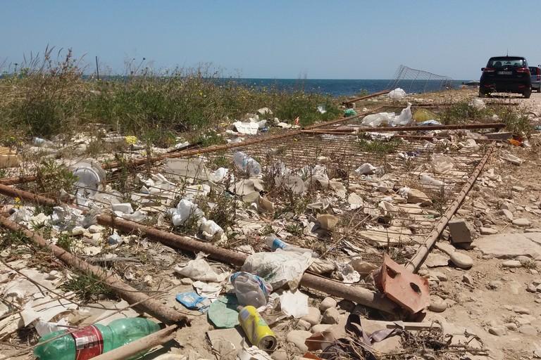 Rifiuti sul litorale sud (Foto Gianluca Battista)