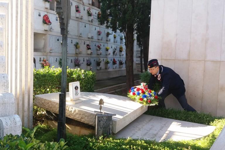 La corona di fiori deposta sulla tomba (Foto Gianluca Battista)