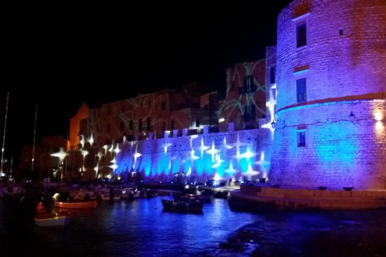 Le Christmas Lights sulle mura aragonesi. <span>Foto Gianluca Battista</span>