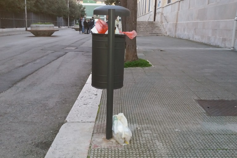 Indifferenziato abbandonato nel cestino portarifiuti. <span>Foto Gianluca Battista</span>