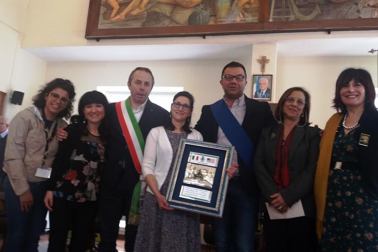 Diana con le istituzioni locale e la preside. <span>Foto Gianluca Battista</span>