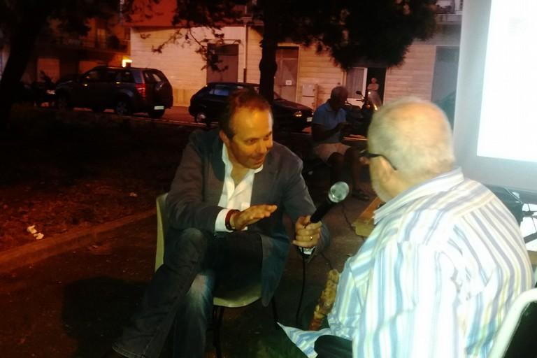 Il sindaco con un cittadino. <span>Foto Gianluca Battista</span>