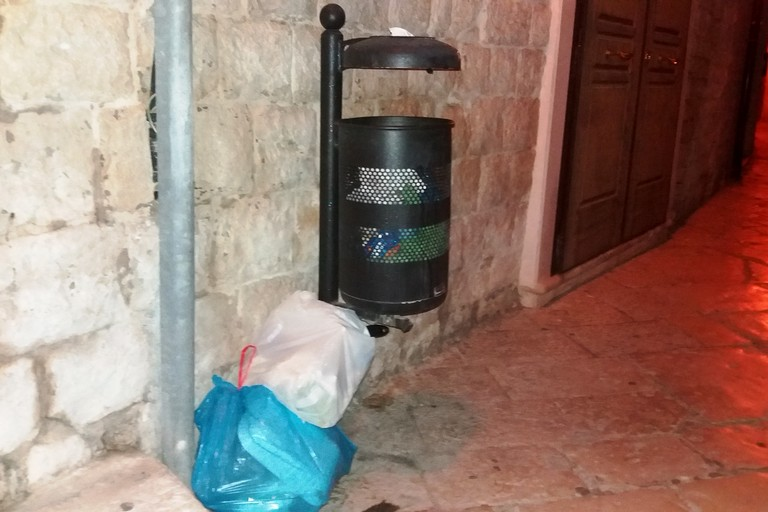 Bustoni di indifferenziato in via Gelso. <span>Foto Gianluca Battista</span>