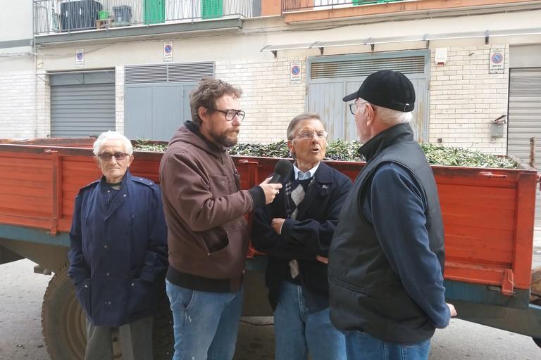 Pinuccio con gli olivicoltori. <span>Foto Gianluca Battista</span>