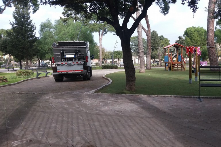 Operazioni di pulizia in Villa Comunale