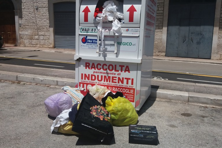 Scempio di indumenti. <span>Foto Gianluca Battista</span>