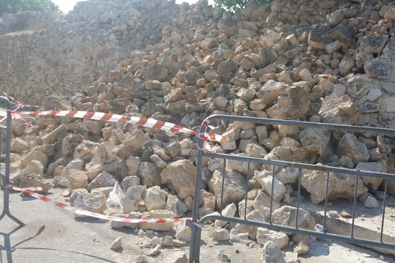 Muretto a secco crollato in via Crocifisso