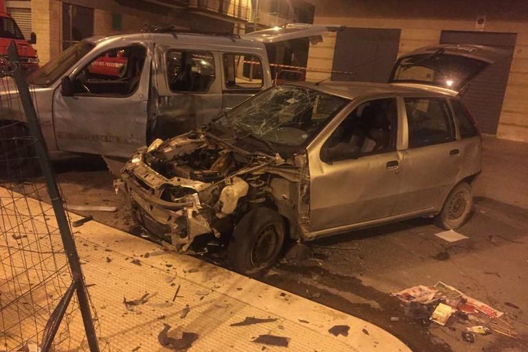 Le due auto parcheggiate in via Cairoli