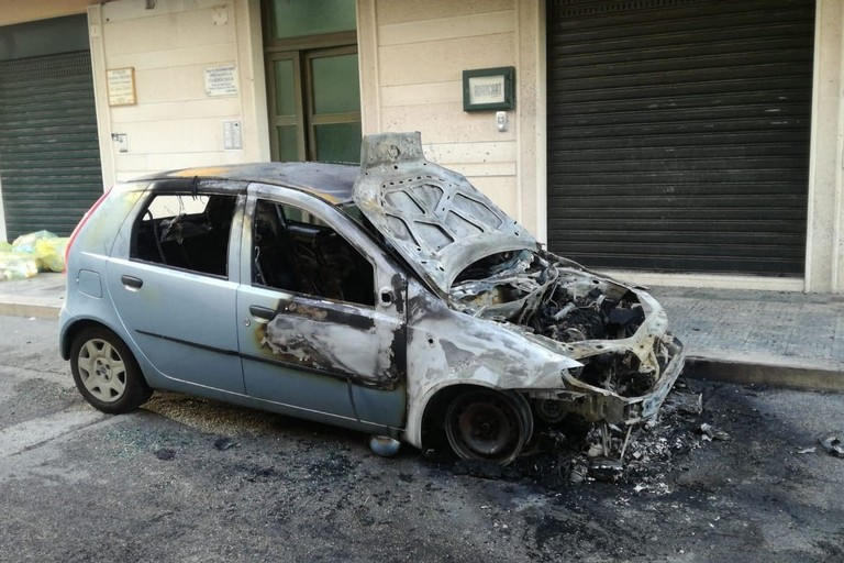 La Fiat Punto incendiata in via Gentile
