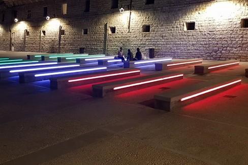 Le sedute a Levante con i nuovi neon