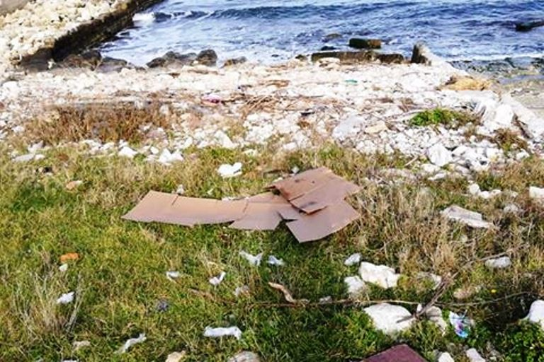 Cartoni utilizzati dai pescatori abbandonati sulla spiaggia