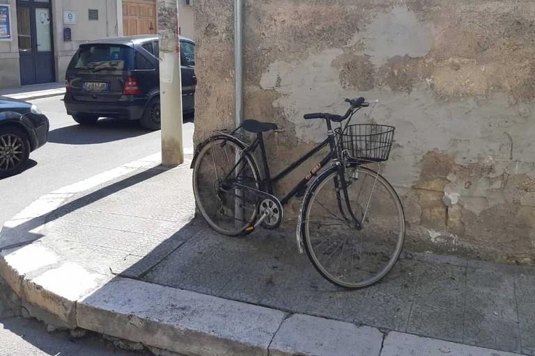 Una delle quattro biciclette recuperate dalla Polizia Locale