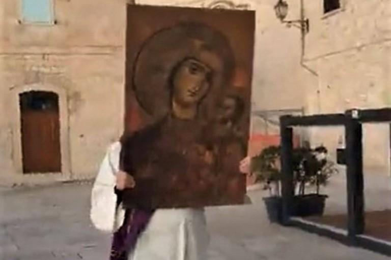don Andrea Azzollini benedice la città