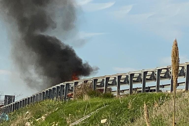 Auto in fiamme a Cola Olidda