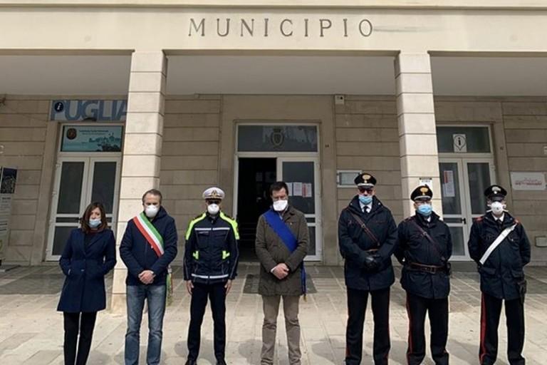 Minuto di silenzio ai piedi del Municipio. <span>Foto Comune di Giovinazzo</span>