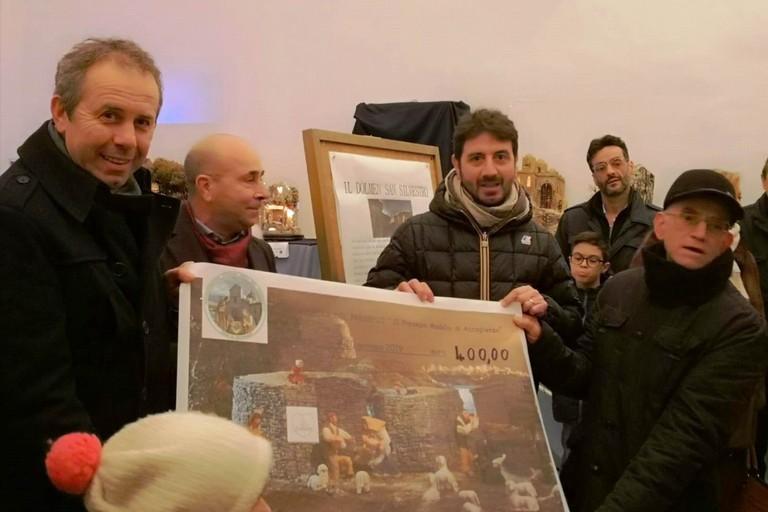 L'assegno donata alla Onlus. <span>Foto Marzia Morva</span>