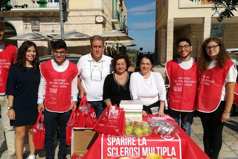 Amalia Palmiotto,Angela Palermo e Nicola Martinucci con i ragazzi del Liceo