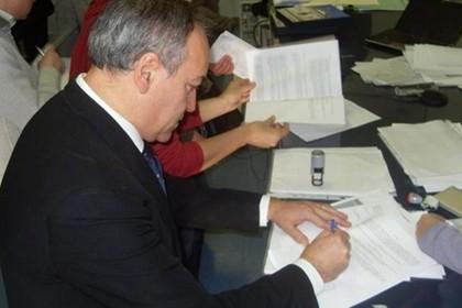 Pino Tulipani firma l'accordo in Regione Puglia