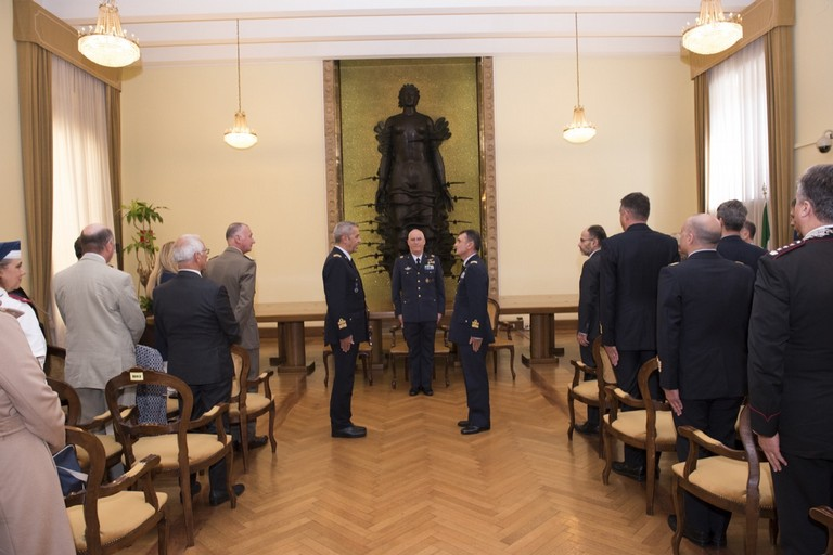 Il momento dell'avvicendamento. <span>Foto Ministero della Difesa</span>