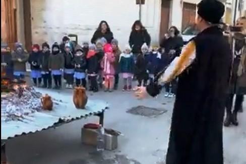 Il banditore coi bimbi della Papa Giovanni XXIII