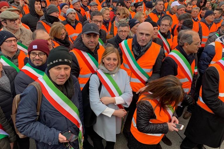 Tommaso Depalma con i gilet arancioni. <span>Foto Ufficio Stampa Comune Giovinazzo</span>