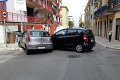 Schianto in via Firenze: auto sul marciapiede all'incrocio, due feriti