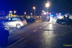 Frontale nella notte, coinvolte quattro auto, una si incendia: sei feriti