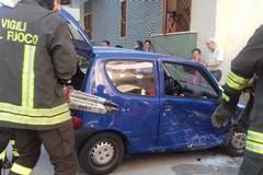 Incidente tra due auto, ragazza resta incastrata: estratta dai Vigili del Fuoco