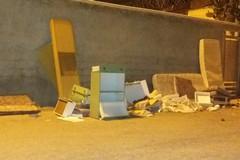 Un'altra vergogna: arredi completi abbandonati nei pressi dell'ex Lido Lucciola