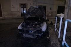 Fiamme sul cofano: incendiata una Lancia Y